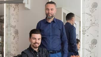 Stefano di Simone (stehend) und Fabrizio di Simone im Coiffeur-Salon di Simone. Alex Spichale