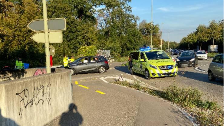 Ein E-Bike Fahrer und ein Auto stiessen in einem Kreisel bei Muttenz zusammen.