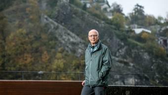 Geologe André Lambert, hier unter dem Schartenfels, hat ein Buch über die Aargauer Erdgeschichte geschrieben.