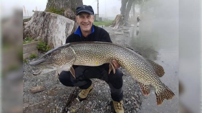 Fischer zieht Mega-Hecht aus Baldeggersee