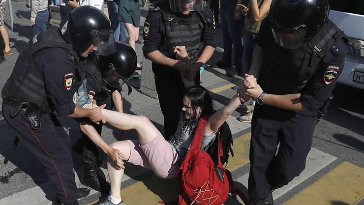 Bei der Protestkundgebung vom Samstag in Moskau sind nach Angaben von Aktivisten über 1300 Menschen festgenommen worden.