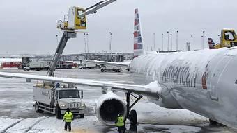 Flughafen Chicago: Starke Schneefälle haben auch am Montag (Ortszeit) zu zahlreichen Flugausfällen in den USA geführt.