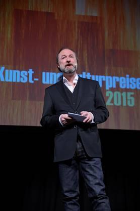 Kuratoriumspräsident Christoph Rölli begrüsst das Publikum