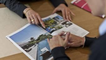 Eine Kundin lässt sich in einem Reisebüro beraten (Symbolbild)