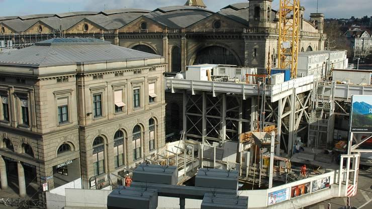 Der Bauschacht und die Baucontainer vor der Ostfassade des Hauptbahnhofs werden demontiert.