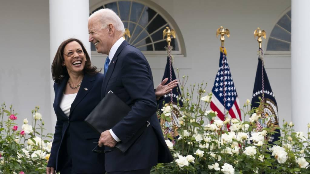 Joe Biden, Präsident der USA, und Vizepräsidentin Kamala Harris gehen lachend durch den Rosengarten des Weißen Hauses Foto: Evan Vucci/AP/dpa