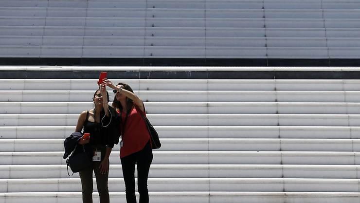 So sind Selfies harmlos: Zwei Frauen fotografieren sich selbst (Symbolbild)