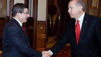 Ahmet Davutoglu (l) führt auch das Übergangskabinett. Präsident Recep Tayyip Erdogan (r) akzeptierte das vorgeschlagene Kabinett, dem auch Kurden angehören.