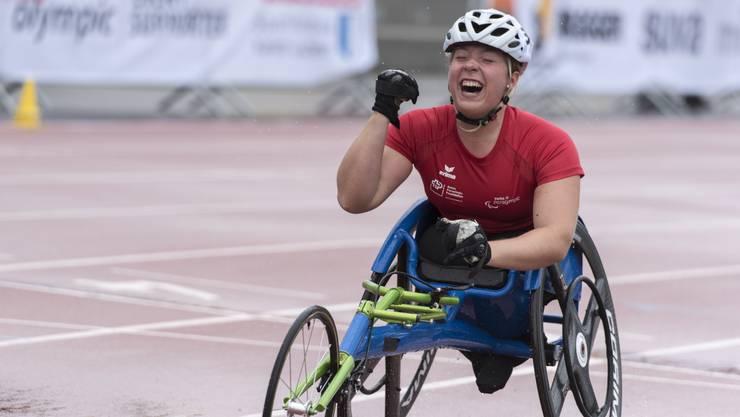 Licia Mussinelli freut sich über Goldmedaille.