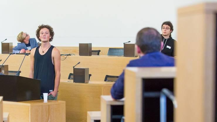 Vom Trägershirt bis zum Anzug: Zehn Jugendliche nahmen am Jugendparlament im Grossratsgebäude teil.