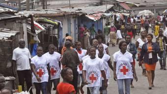 Rot-Kreuz-Helfer in einem von Ebola betroffenen Ort in Liberia