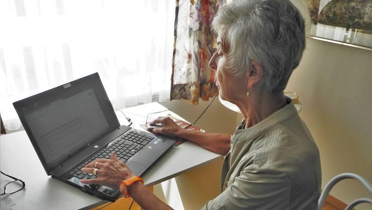 Tertianum-Bewohnerin Evelyn Reinhardt hat die Entwicklung von der Schreibmaschine zum Computer mitgemacht.