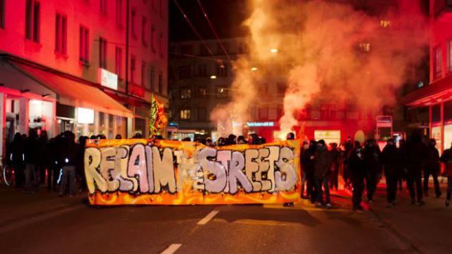 Linksautonome randalieren unter dem Motto «Reclaim the Streets» in Zürich. Foto: Keystone