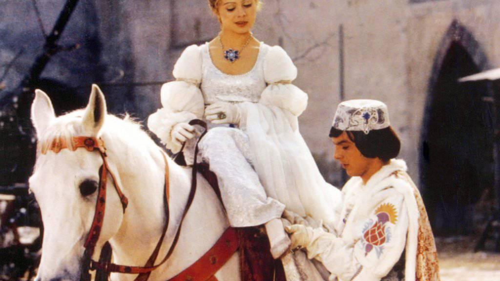 """Der Prinz (Pavel Travnicek) passt Aschenbrödel (Libuse Safrankova) im Film """"Drei Haselnüsse für Aschenbrödel"""" den verlorenen Schuh an (Archiv)."""