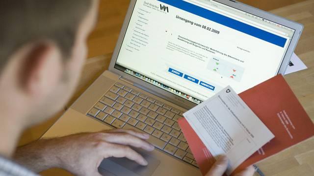Mann studiert Unterlagen zu Abstimmung per e-Voting (Symbolbild)