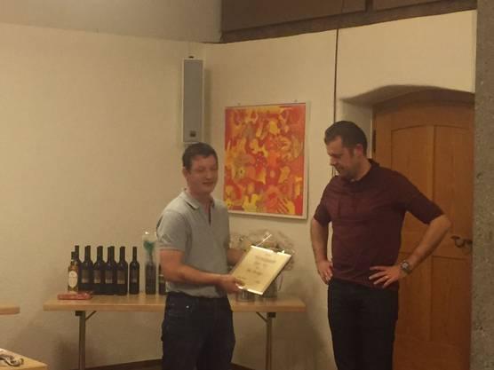 Der Präsident Philipp Hert (links) übergibt Dominic Kunz die Urkunde und ernennt ihn zum Aktiv-Ehrenmitglied der MG Messen.