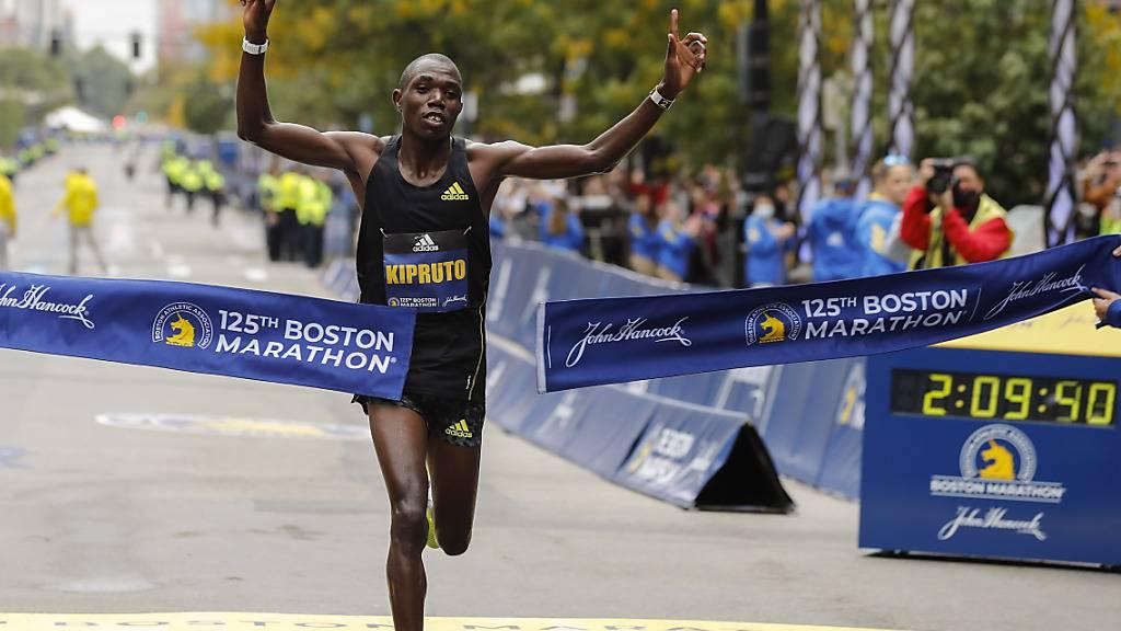 Benson Kipruto allein auf weiter Flur. Der Kenianer gewinnt mit 30 Jahren erstmals einen der grossen Marathons.