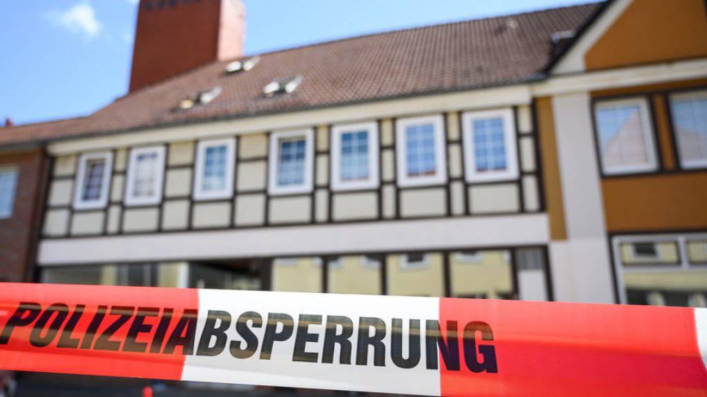 Das Haus eines der Opfer von Passau in Wittingen ist durch ein Absperrband gesichert. Dort wurden zwei weitere Leichen gefunden.