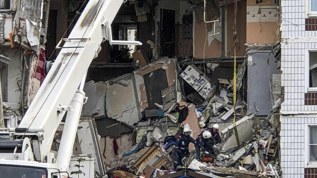 dpatopbilder - Rettungskräfte arbeiten am Ort einer Gasexplosion in einem neunstöckigen Wohnhaus im russischen Noginsk. Die Zahl der Todesopfer nach der Explosion ist auf sieben gestiegen..Am Donnerstag seien zwei weitere Leichen gefunden worden, teilte der Rettungsdienst der Staatsagentur Ria Nowosti mit. Foto: Maxim Marmur/AP/dpa