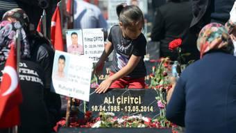 Angehörige der Opfer auf dem Friedhof