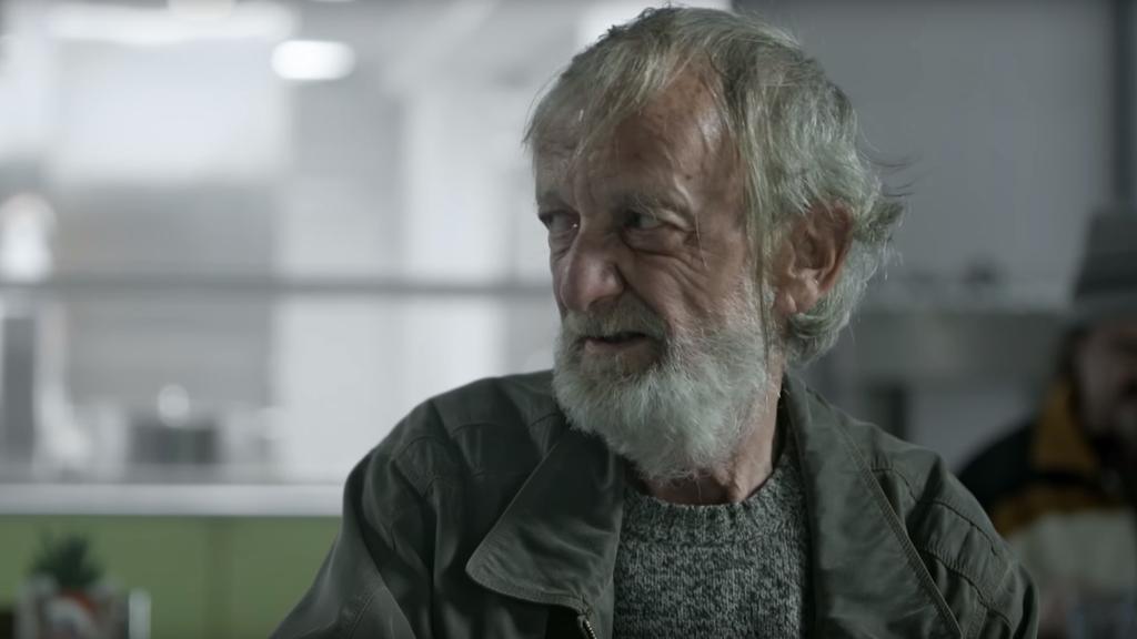 Dieser Obdachlose darf sich über eine weihnachtliche Überraschung freuen.