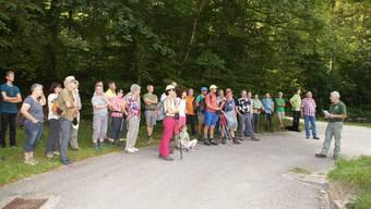 Revierförster Walter Brönnimann bei seinem Referat «abgestufter Waldrand» vor den aufmerksam zuhörenden Teilnehmenden am diesjährigen Banntag in Egerkingen.