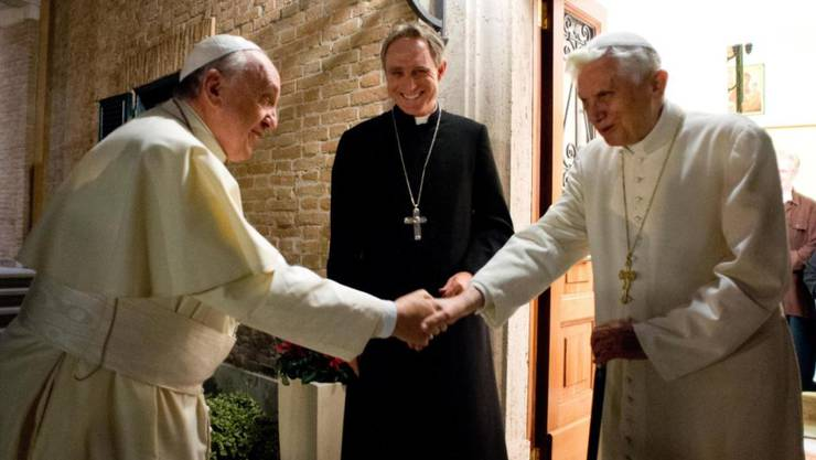 Papst Benedikt XVI. (rechts) bekommt kurz vor seinem 90. Geburtstag hohen Besuch. (Archivbild mit Privatsekretär Georg Gänswein in der Mitte und Papst Franziskus links)