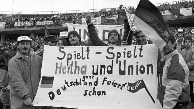 27. Januar 1990: Die Fans von Hertha und Union treffen sich zum ersten Mal seit 28 Jahren wieder im Berliner Olympiastadion. Foto: Picture Alliance
