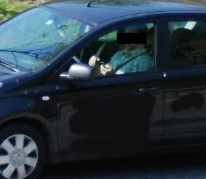 Dieser Automobilist meint es noch besser. Während der Fahrt schreibt er ein SMS.
