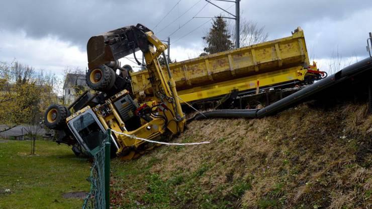 Ein Gleisbaubagger ist in Hergiswil gekippt. Ein Arbeiter wurde beim Unfall leicht verletzt.