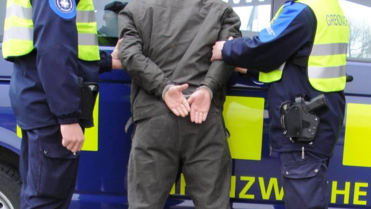 Schweizer Grenzwächter haben in Basel einen zur Verhaftung ausgeschriebenen Drogenhändler angehalten. (Symbolbild)