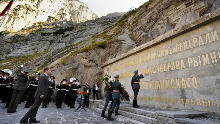 Russlands Präsident Dmitri Medwedew legt während seines Schweiz-Besuchs 2009 einen Kranz am Suworov-Denkmal nieder.