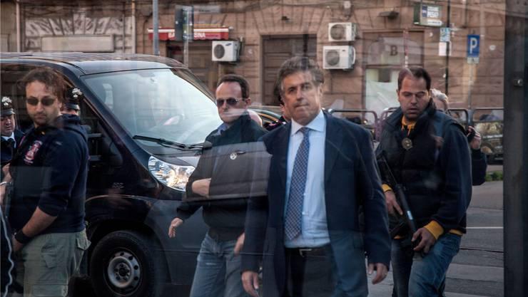 Er ist hoch gefährdet: Palermos Staatsanwalt Nino di Matteo mit Leibwächtern in Palermo (Archiv).