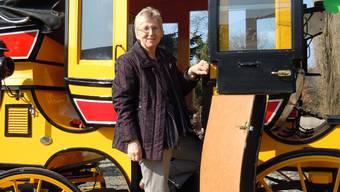 Claire Aeberhard besteigt die auf Hochglanz polierte Postkutsche.  EF.