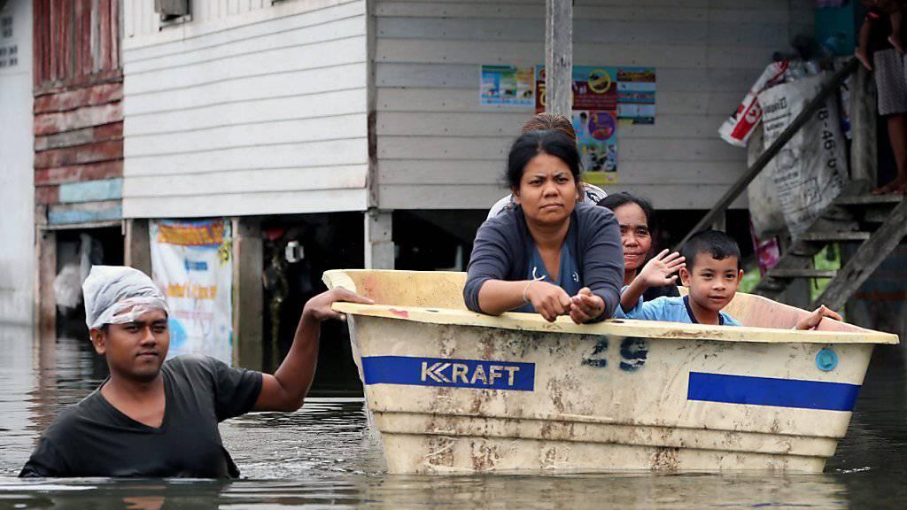 Auf dieser Dorfstrasse ist nur noch die Fortbewegung per Boot möglich.