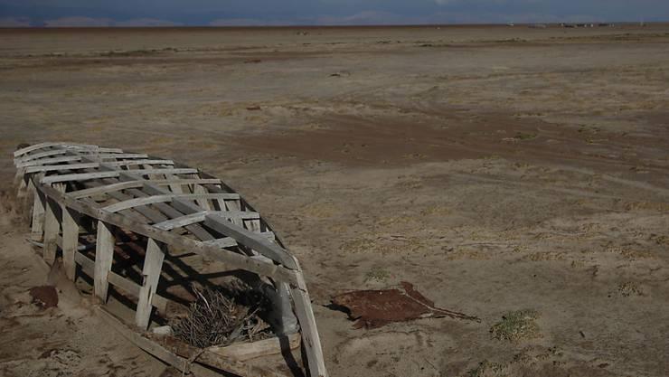 Ein verlassenes Boot auf dem ausgetrockneten Grund des Sees Poopó, aufgenommen am 12. Januar 2016.