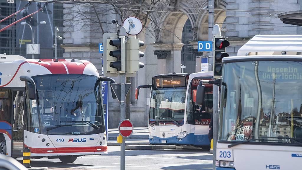Busse beim Bahnhof Luzern: Die Fahrt soll für 8- bis 18-Jährige nicht gratis werden, findet der Stadtrat. (Archivaufnahme)