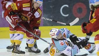 Schilt (links) kämpft mit Rappis Grauwiler (am Boden) um den Puck