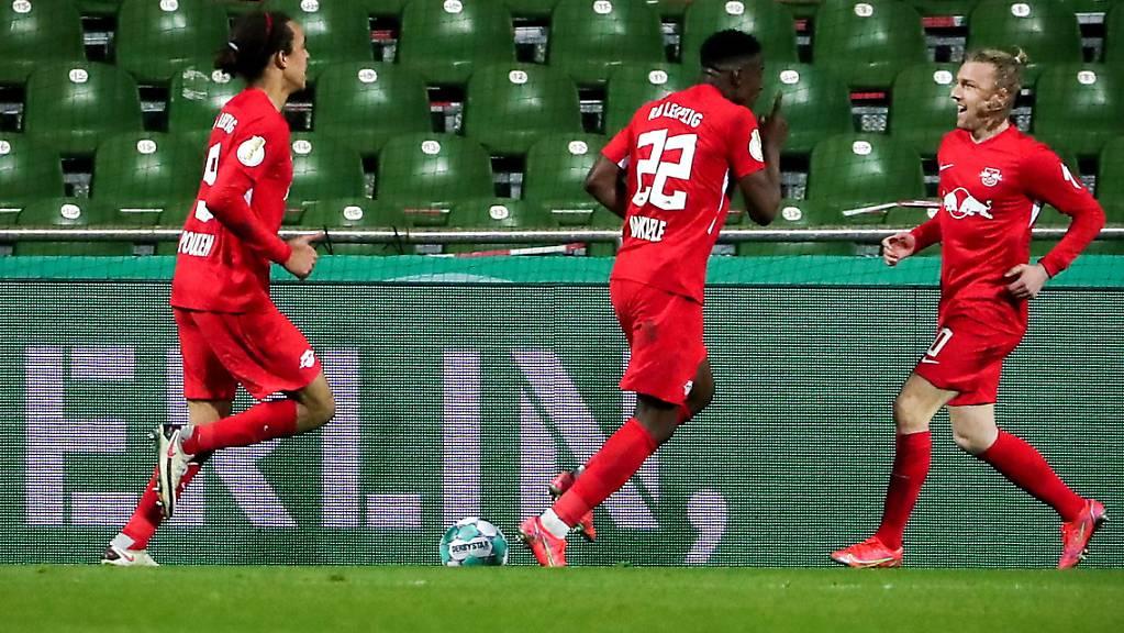 Emil Forsberg (rechts) hat soeben Leipzigs Siegestor erzielt und wird von seinen Mitspielern bestürmt