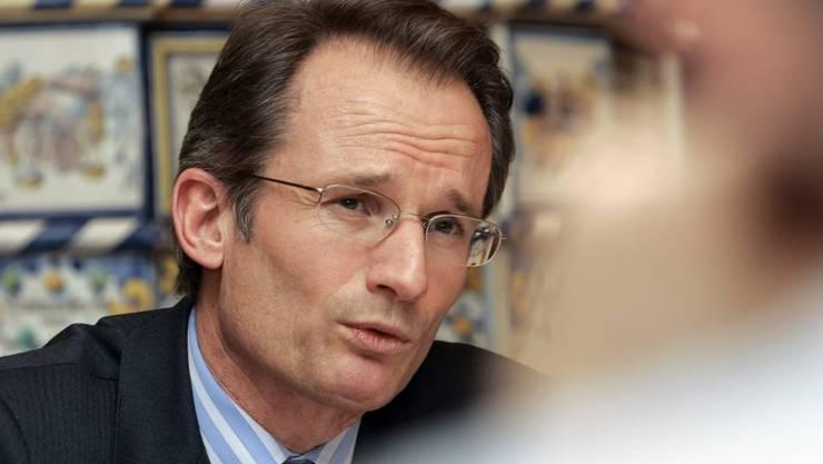 Der Journalist Lukas Hässig - hier bei der Vernissage seines Buchs über den UBS-Crash - wird von der Credit Suisse verklagt. (Archiv)