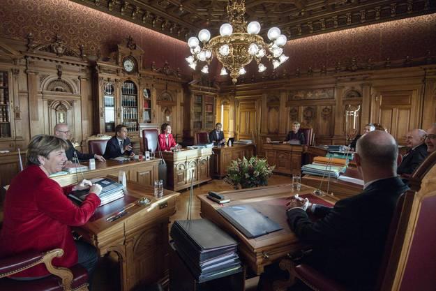 So sah das Bundesratszimmer aus vor den Coronazeiten. Heute ist der Abstand grösser zwischen den Pulten. Sie sind zudem neu mit einer Audioanlage versehen für den Fall, dass sich ein Bundesrat zuschalten muss, weil er sich in Quarantäne befindet.