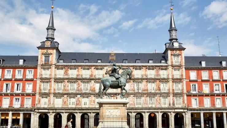 Ab diesem Wochenende dürfen die Bürgerinnen und Bürger im von der Corona-Pandemie schwer betroffenen Spanien nach sieben Wochen wieder im Freien spazieren gehen - etwa auf dem Plaza Mayor in Madrid.