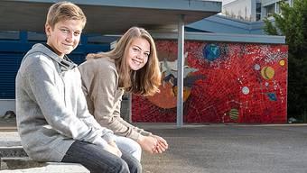 Die beiden Gränicher Jakub und Natasha auf dem Schulhausplatz in Suhr. Sie würden beide nicht mehr zurück an die Bez Gränichen wechseln wollen.Sandra Ardizzone
