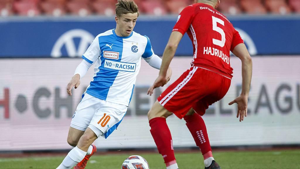 GCs Mittelfeldspieler Petar Pusic gegen den Lausanne Verteidiger Lavdrim Hajrulah