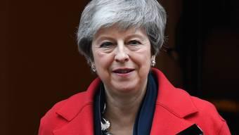 Die britische Premierministerin Theresa May hat ihren Widerstand gegen eine Verschiebung des Brexit aufgegeben. Sie sei bereit, das Parlament darüber abstimmen zu lassen, sagte sie am Dienstag vor dem britischen Unterhaus in London.