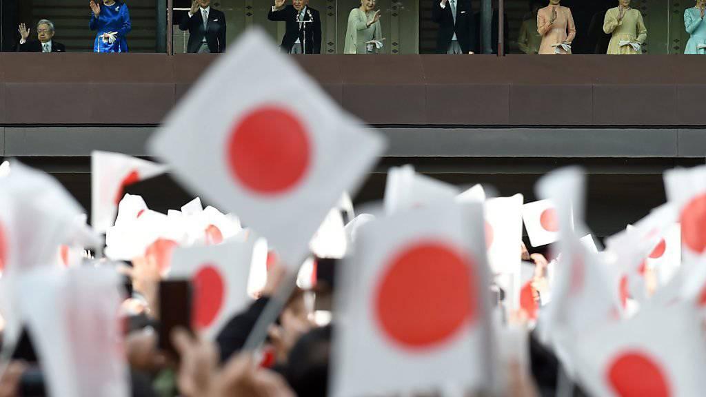 Zehntausende Japanerinnen und Japaner hörten live der traditionellen Neujahrsansprache ihres Kaisers (M.) zu - war es seine letzte?