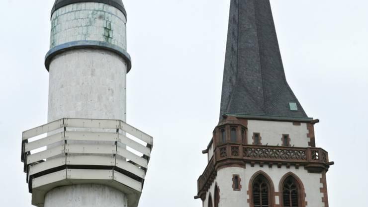 Das Minarett der Sultan-Selim-Moschee und der Turm der katholischen Liebfrauenkirche in Mannheim, Deutschland. (Symbolbild)