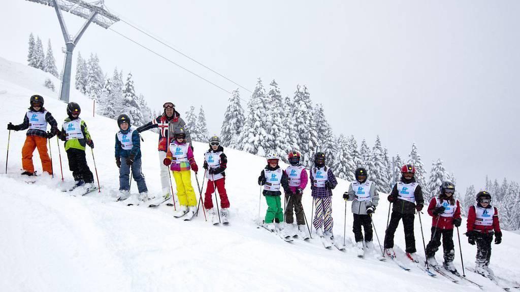 Bernhard Russi, ehemaliger Skiweltmeister und Olympiasieger, mit Kindern auf dem Pizol. (Archiv)
