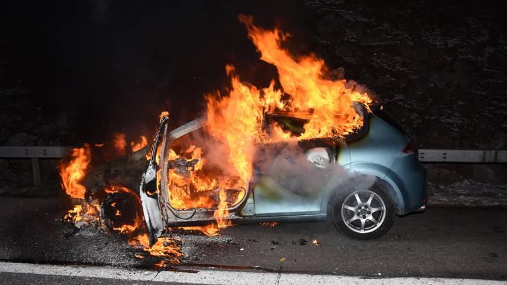 Auf der Autobahn A1, Fahrtrichtung St. Gallen, wird ein Auto bei einem Brand total zerstört. Eine technische Ursache steht im Vordergrund. Eine 23-jährige Autofahrerin bemerkte während der Fahrt, dass aus der Motorhaube des Autos Rauch aufstieg. Sie fuhr auf den Pannenstreifen und konnte das Auto unverletzt verlassen.