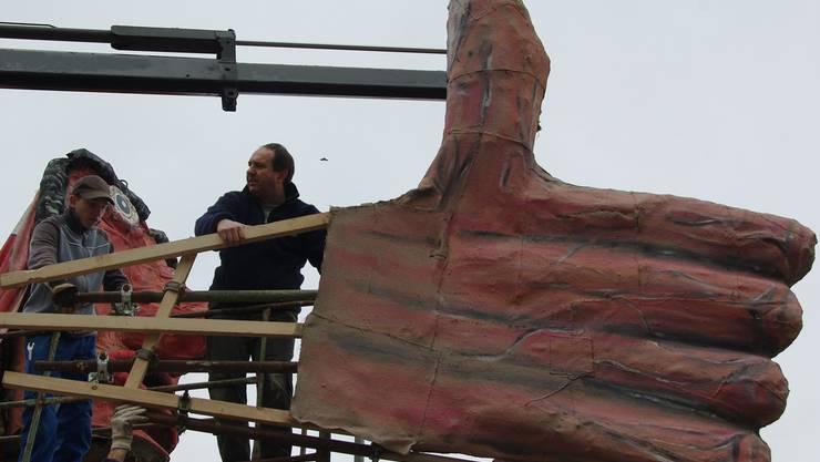 Fleissige Hände beim Aufbau: Am Eingang von Kaisten steht seit Samstag die Hexe Mülleri. Fotos: hcw